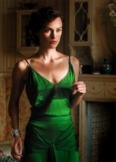 Respect for the dress! The famous green dress that Keira Knightley wore in 'Atonement' Costume design by Jacqueline Durran. Vestidos Color Verde Esmeralda, Atonement Dress, Atonement Movie, Keira Christina Knightley, Emerald Green Dresses, Emerald Color, Emerald Gown, Emerald City, Party Dresses