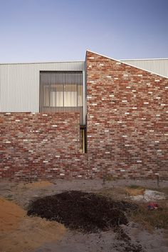The western external wall of Price Street House, by architects Yun Nie Chong and Patrick Kosky in Fremantle, WA is made of recycled brick referencing nearby industrial architecture. House Cladding, Metal Cladding, Metal Facade, Australian Architecture, Residential Architecture, Architecture Photo, Brick Arch, Brick Wall, Building Exterior