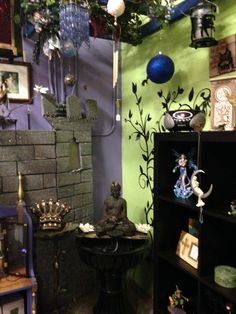 Find The Raven Faerie in Lakeland's Dixieland.