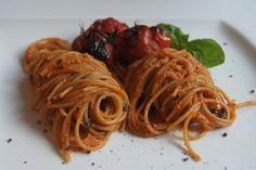 Das perfekte Pasta mit Cashewsauce und Backofentomaten-Rezept mit einfacher Schritt-für-Schritt-Anleitung: Die Tomaten auf ein mit Olivenöl eingepinseltes…