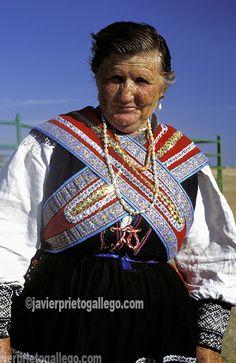 Traje tradicional sayagués vestido durante una celebración folclórica en el pueblo de Villalcampo. Próximo a las Arribes zamoranos. Zamora. España. © Javier Prieto Gallego; www.siempredepaso.es