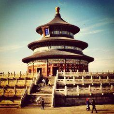 天坛 Temple of Heaven- Enjoy a morning visit to the Temple of Heaven and surrounding park, and observe Beijing residents practice their tai chi, ballroom dancing or other physical exercises outdoors.