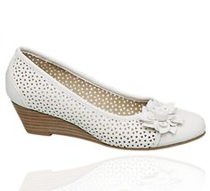 Éktalpú körömcipő perforált mintával - 1156031 - deichmann.com Wedges, Flats, Shoes, Fashion, Loafers & Slip Ons, Moda, Zapatos, Shoes Outlet, Fashion Styles