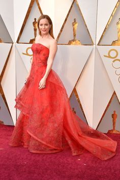 Leslie Mann Wearing a strapless red guipure lace gown with a full skirt and embellishment at the neckline by Zac Posen Leslie Mann, Celebrity Gowns, Celebrity Red Carpet, Celebrity Outfits, Celebrity Style, Oscars Red Carpet Dresses, Red Gowns, Stunning Dresses, Nice Dresses