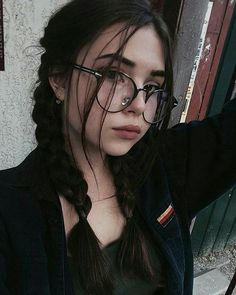 ~Pretty black hair~ The most beautiful hair ideas, the most trend hairstyles on this page. Brown Eyes Black Hair, Girls With Black Hair, Fotografia Grunge, Awkward Girl, Grunge Photography, Hair Photography, Girls With Glasses, Pretty Black, Aesthetic Girl