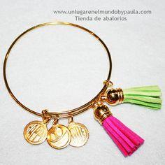 Pulsera doble de latón en baño dorado con chapitas de zamak y pompones de antelina. www.unlugarenelmundobypaula.com