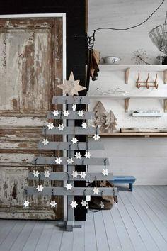 grau lackierter Holz Weihnachtsbaum und Fimo Anhänger