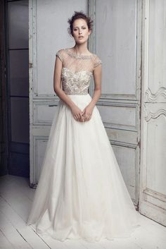Vestido de novia con escote de perlas de Collette Dinnigan