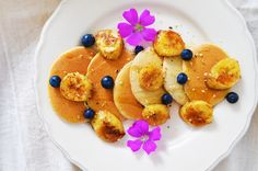 Cinnamon Spiced Pancakes with Caramelised Banana & Blueberries || Sophie's Blend