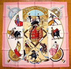 Hermès   «Plaza DE Toros» Signé Hubert de Watrigant en 1993 Unique édition.................: La corrida est un combat à mort où se côtoient l'ombre et la lumière, la vie et la mort. Les uns y voient un art grandiose, d'autres une sauvagerie atroce. Toutefois, ce qui est sûr, c'est que ce spectacle fascinait d'innombrables artistes dont Picasso. Hubert de Watrigant, le dessinateur des carrés, est aussi l'un d'entre eux. Il signe ainsi en 1993 un carré splendide, intitulé « Plaza de Toros »…