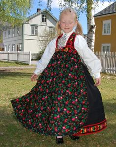 FolkCostume&Embroidery: Overview of Norwegian Costumes, part The eastern heartland Polish Clothing, Folk Clothing, Historical Clothing, Vintage Clothing, Norwegian Clothing, Norwegian Style, Norwegian Wood, Costumes Around The World, Baby Faces
