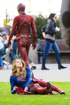 The Flash & Supergirl Kara Danvers Supergirl, Supergirl Tv, Supergirl And Flash, Movies And Series, Cw Series, Dc Movies, Superhero Shows, Female Superhero, Supergirl Crossover