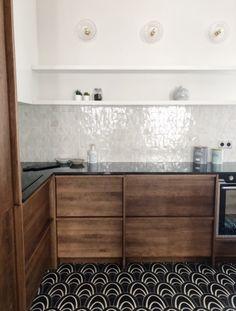 Zoom sur cette cuisine raffinée avec cet accord de matériaux. Sol en carreaux de ciment, chêne massif pour les meubles, plan de travail en granit Zimbabwe et crédence en zellige blanc. Projet réalisé par l'agence CAROLINE ANDRÉONI