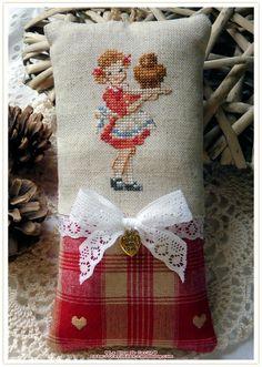 Cross Stitch For Kids, Cross Stitch Bird, Cross Stitching, Cross Stitch Embroidery, Cross Stitch Patterns, Stitches Wow, Small Cushions, Red Cottage, Crochet Cross
