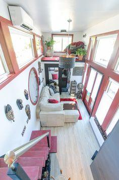 2つのロフトのあるトレーラーハウスのロフトベッドルームから下のリビングを望む