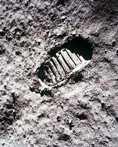 JB0806-Apollo-11-Footprint-on-the-Moon.jpg (394×490)
