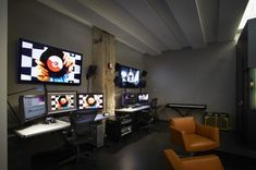 Industrial color : industrial color editing suite and sound booth / melanie Office Setup, Desk Setup, Room Setup, Office Ideas, Pc Setup, Video Editing Studio, Video Studio, Surface Studio, Editing Suite