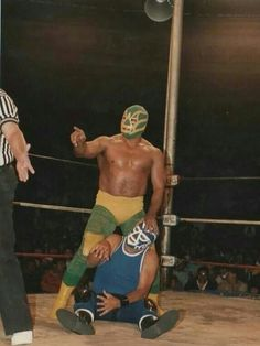 Fishman and huracan ramirez Mexican Wrestler, Pose Reference Photo, Professional Wrestling, Jojo Bizarre, Jojo's Bizarre Adventure, Sumo, Poses, Gladiators, Female Fighter