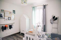 Une armoire en forme de maison blanche dans une chambre bébé