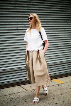 une jupe insolite en or, jupe mi-longue, trapèze, évasée, sac bandoulière