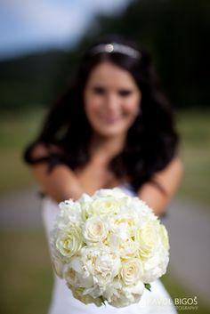 svatební kytice bila s cervenou ruze - Hledat Googlem
