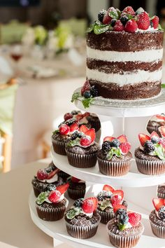 Wedding Food Naked cake and cupcakes with fruit topper, placed on a cupcake tree display. - Whether you've chosen one or several wedding cakes, displaying them to advantage is an important point for wedding decor. Cupcake Tree, Cupcake Cakes, Fruit Cupcakes, Lemon Cupcakes, Strawberry Cupcakes, Sweets Cake, Beautiful Cakes, Amazing Cakes, Fruits Decoration