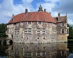 Die Burg Vischering bei Lüdinghausen in Nordrhein-Westfalen ist eine in wesentlichen Teilen erhaltene Wasserburg des Münsterlandes. Trotz diverser Umbauten der Burg, um sie für die Benutzer wohnlicher zu gestalten, gilt sie unter den Burgen und Schlössern des Münsterlandes als die Anlage, die am ehesten den Charakter einer wehrhaften Burg besitzt. Geschichte der Burg Vischering Es ist einer Fehde zu verdanken, dass sich der münsterische Fürstbischof im Sommer 1271 entschloss, eine Burg bei…