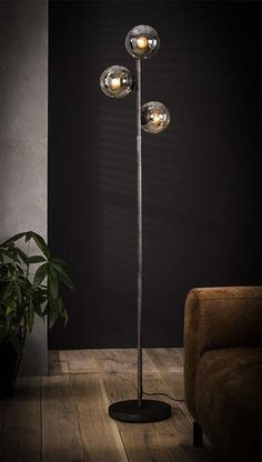 This sleek Nigel floor lamp is made of metal with an old silver finish. The three round lampshades are made of glass. The lamp has a slim round tube and a round foot. Retro Floor Lamps, Industrial Floor Lamps, Industrial Living, Best Desk Lamp, Table Bar, Suspension Metal, Large Lamps, Parasol, Bedroom Lamps