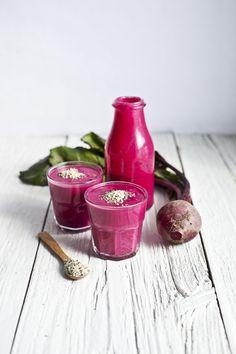 Intégrez facilement les graines de chanvre à votre alimentation. Riches en protéine végétale, elles s'incorporent facilement dans les smoothies. Essayez ce smoothie rose, un mélange de betterave, framboises et chanvre!