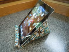 iPad Pillow Tutorial - I'm always propping my kindle up on whatever I can find.  What a great idea.