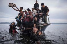 Ein weiteres eindrückliches Gewinnerbild zum Thema Migration: Flüchtlinge erreichen die Küste der griechischen Insel Lesbos. Aufgenommen hat dieses Bild der russische Fotograf Sergey Ponomarev.