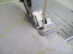 Sewing Machine Tutorial Different types of sewing feet and what to use them for. I didn't even know some of them existed! - Florence from flossie teacakes brings us this excellent guide to some of the more common sewing machine feet. Sewing Tools, Sewing Notions, Sewing Hacks, Sewing Tutorials, Sewing Crafts, Sewing Projects, Sewing Ideas, Sewing Needles, Sewing Stitches