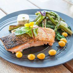 Köstliches Lachsfilet mit Gemüse im Restaurant Hafenküche in der Rummelsburger Bucht | creme berlin