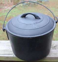 Vintage Cast iron Pot with Handle and lid..... get cookin! Tell me when the beans are ready