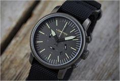 A Dsptch e a Lum-Tec se uniram mais uma vez em uma colaboração para fazer outro relógio, o resultado é este Combat B25 de edição especial. O relógio estilo militar apresenta uma capa de aço inoxidável sólido com um mostrador pre