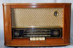 vintage 3 band  valve radio BUSH VHF 62 wooden case   working order