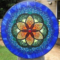 Circles with circles I think this is the same pattern I saw at the glass shop today with different interpretation of colors. Mosaic Diy, Mosaic Garden, Mosaic Crafts, Mosaic Projects, Mosaic Glass, Fused Glass, Stained Glass, Glass Art, Mosaic Designs