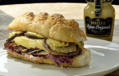 Fresto: Sanduíche de rosbife caseiro com shiitake grelhado, queijo gouda derretido e radicchio e mostarda dijon Maille na baguete de parmesã...