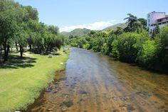Vista del río en Santa Rosa de Calamuchita desde el puente colgante. Córdoba, Argentina