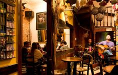 Barnaldo Lucrécia - Live music and fantastic birthday celebrations are this bar's forte! Expect feather boas, singing waiters and the downing of a gigantic beer by the birthday boy or girl!
