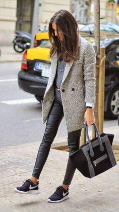 Lleva un saco o abrigo oversized sobre unos leggings en piel, suéter y tenis. El efecto monocromático del look es también adelgazante.