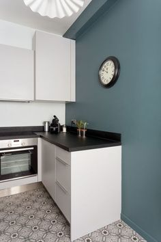 The painting (Farrow and Ball – Inchyra Blue presents up to skirting stretches a small kitchen (done by a cook). Blue Kitchen Walls, Blue Kitchen Designs, Inchyra Blue, Interior, Kitchen Design, Kitchen Remodel, Kitchen Dining Room, Farrow And Ball Kitchen, Kitchen Dining Room Combo