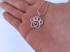 Paw Heart de EFIEdissenydejoies en Etsy Diseñado y Elaborado por Stephany Catalán Aravena. My Heart, Something To Do, Chain, Pendant, Silver, Etsy, Pendants, Money