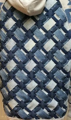 Woven jeans back for a jacket. Made from old jeans. From Ou… - UPCYCLING IDEAS Woven jeans back for a jacket. Made from old jeans. Artisanats Denim, Denim Fabric, Blue Denim, Crazy Quilting, Patchwork Quilting, Patchwork Bags, Quilts, Textile Manipulation, Denim Ideas
