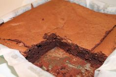 Har i nogensinde fået en brownie, som smagte som én stor trøffel? Det gjorde den her, GUF! Hvor var den bare god. En af de bedste brownies jeg har smagt! Den kan virkelig anbefales.Når jeg skal synde, så skal den have hele armen, og det fik den her.ADVARSEL: Lav ikke denne kage, hvis du e Sweets Cake, Cupcake Cakes, Cake Recipes, Dessert Recipes, Desserts, Magic Chocolate Cake, Danish Dessert, Bread Cake, Recipes From Heaven