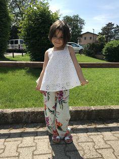 Emma in Zara Kids... pantaloni larghi fiorati com top di pizzo con la schiena scoperta