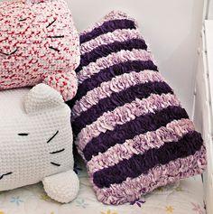 Almofada de babados roxo e rosa Geniale Casual #croche #decoracao #CoatsCorrente