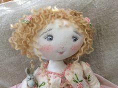 Rose dans son petit boléro matelassè er parsemé de fleurs brodées..(35cm) - Le Jardin des Farfalous