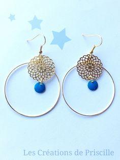 Boucles d'oreilles façon créoles, pendentifs rosaces dorées, et sequins bleus : Boucles d'oreille par les-creations-de-priscille