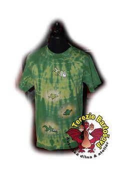 TRIKO NA RYBY PRO PÁNY  Velikosti: S, M, L, XL, XXL,3XL,4XL Barva:zelená batika  Technika: ruční zpracování batika + kresba  Složení: 100% bavlna  Střih: klasický krátký rukáv MOŽNOSTI OBJEDNÁNÍ VOLITELNÝCH VELIKOSTÍ Mens Tops, T Shirt, Supreme T Shirt, Tee Shirt, Tee